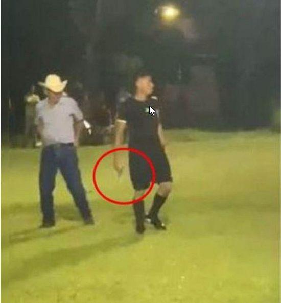 Honduras, arbitro saca chumbo y raja a una barra-brava published in Noticias